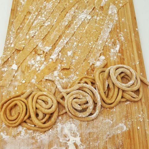 Hier sieht man verschiedene Nudelformen, die aus dem Dinkel Pasta Teig geformt wurden.