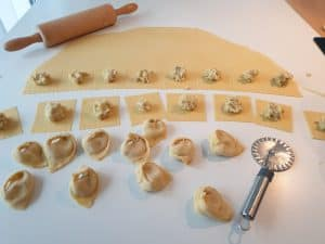Der Teig ist ausgerollt und in Quadrate geschnitten, befüllt mit der Kartoffel Füllung.