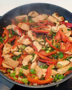 In einer Pfanne angebratenes Fleisch mit Gemüse.