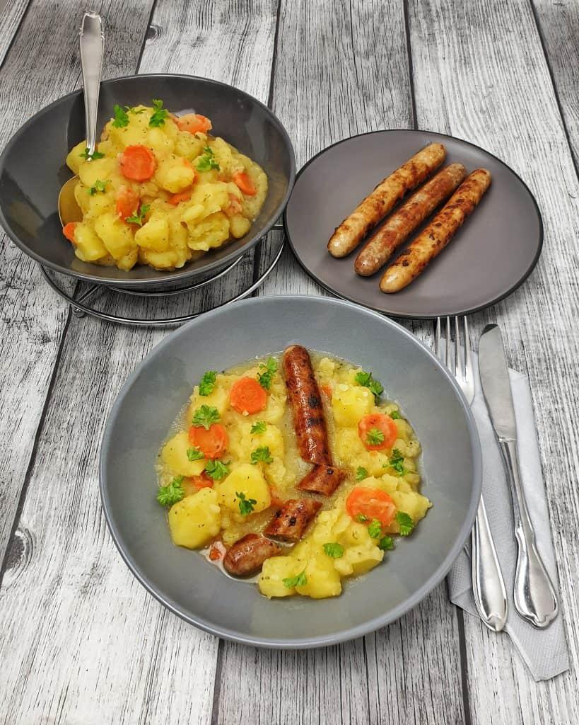 Kartoffel-Möhren Gemüse mit grober Bratwurst