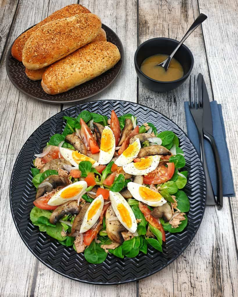 Ein bunter sommerlicher Salat mit Thunfisch, Champignons und Ei