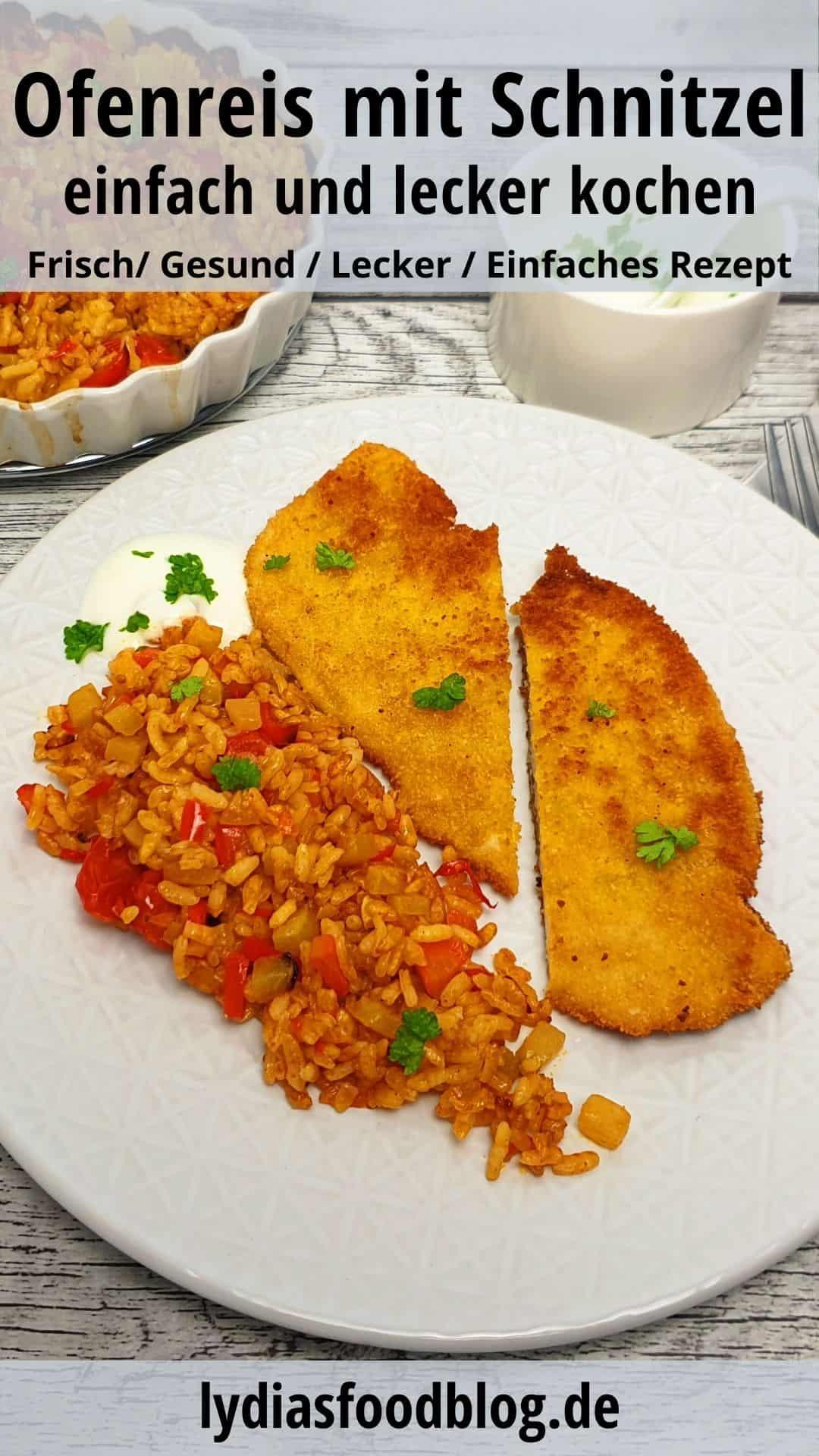 Gemüsereis aus dem Ofen mit Schnitzel auf einem weißen Teller angerichtet und mit Petersilie garniert. Im Hintergrund Deko.
