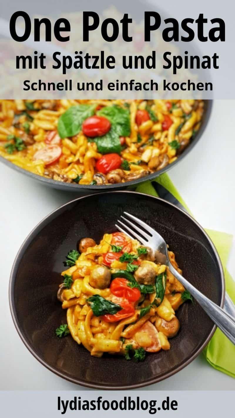 One Pot Pasta mit frischen Spätzle, Spinat und Tomaten angerichtet in einer braunen Schale. Im Hintergrund eine Pfanne mit demselben Gericht. Dekoriert ist die Pfanne mit einem Basilikum Blatt.