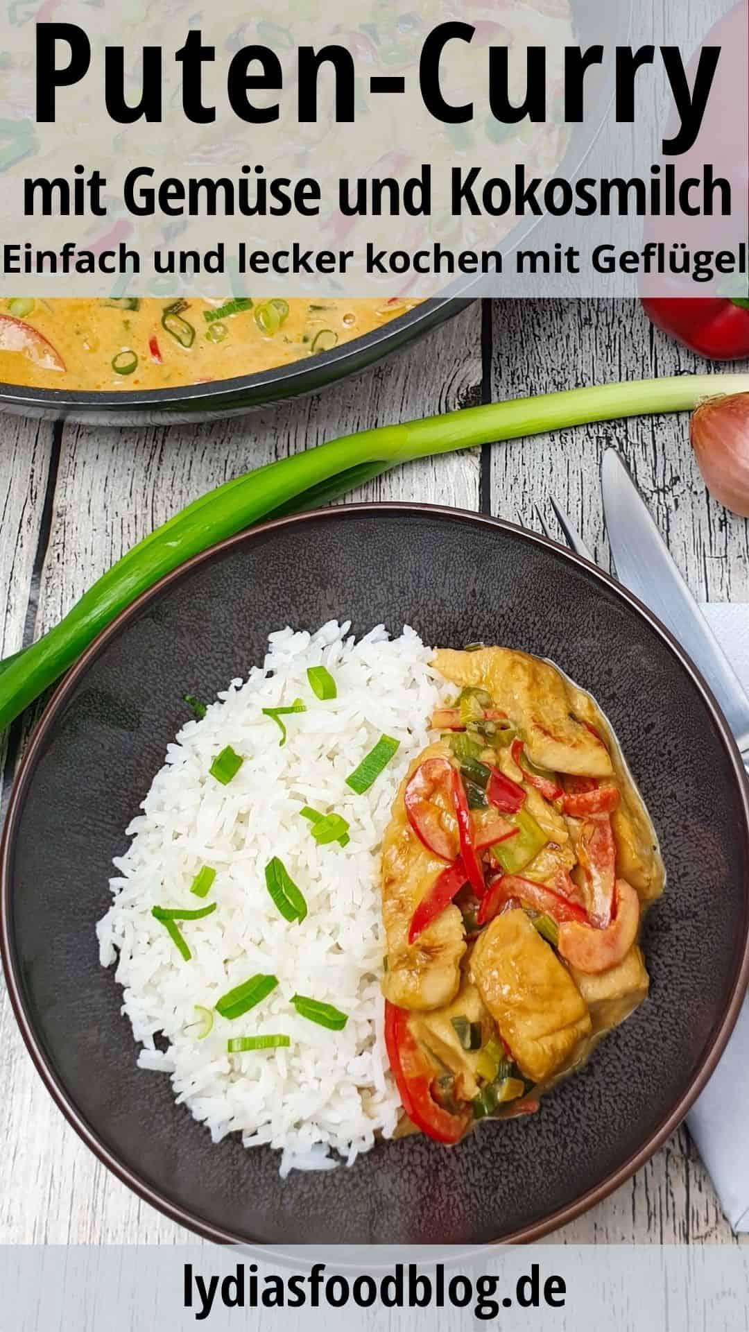 In einer braunen Schale Putencurry mit Gemüse und Basmati Reis mit Lauch bestreut.