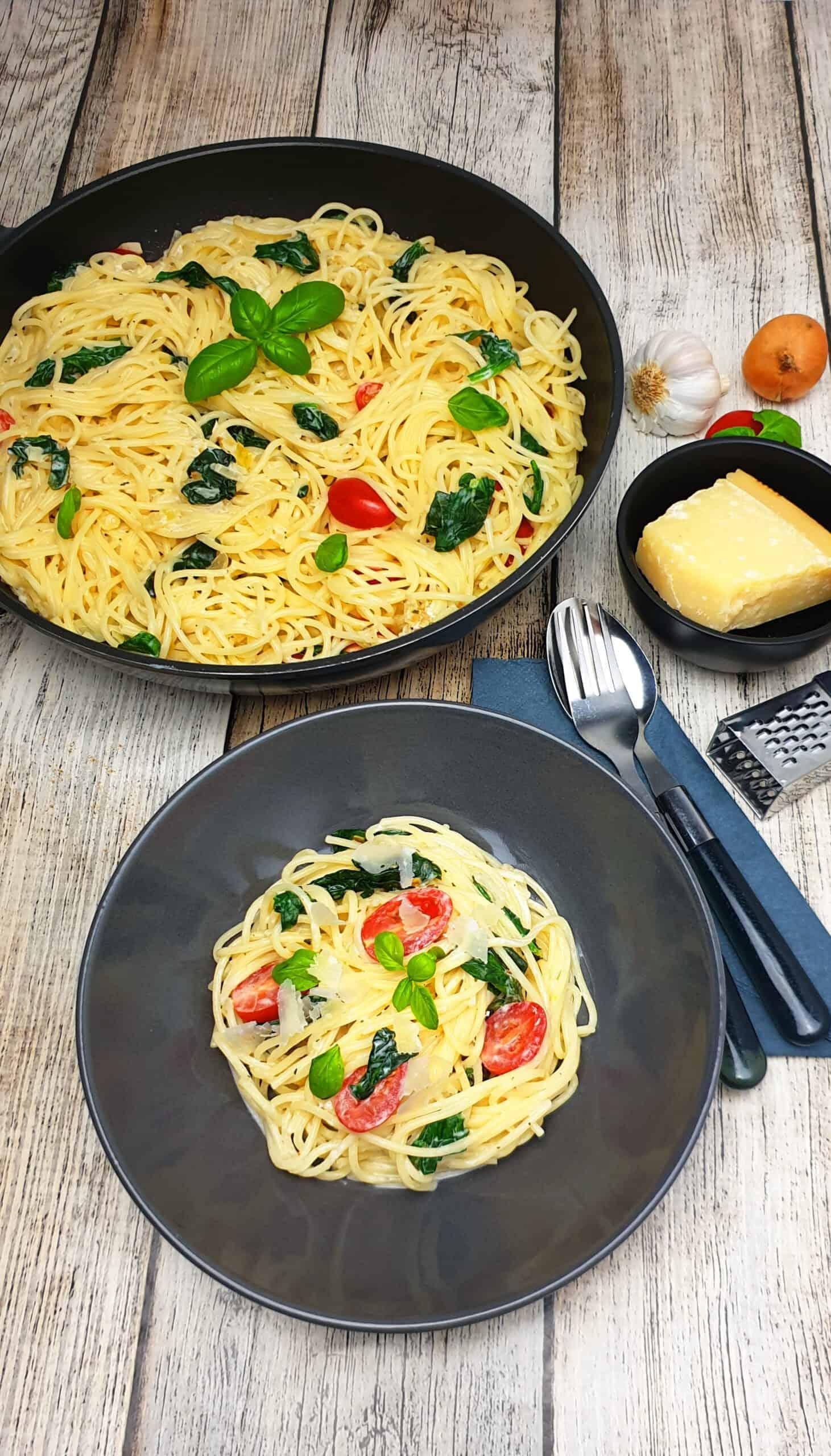 Schnelle Spaghetti-Pfanne angerichtet in einer grauen Schale.