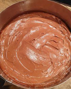 In einer Springform Kuchen mit Schokoladenfüllung.