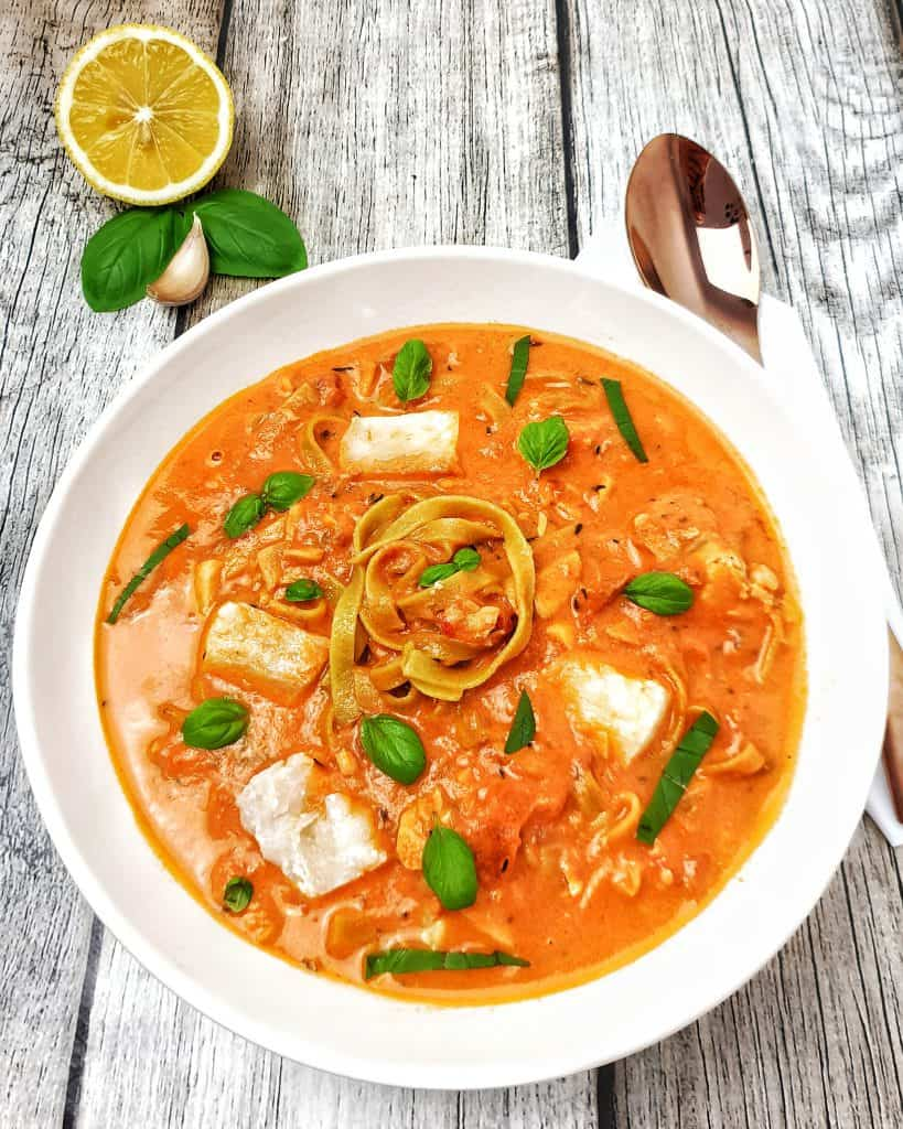 Tomatige Suppe mit Fischeinlage