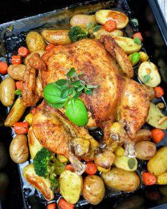 Ein ganzes Hähnchen / Poularde im Backofen gebacken mit Kartoffeln und Gemüse