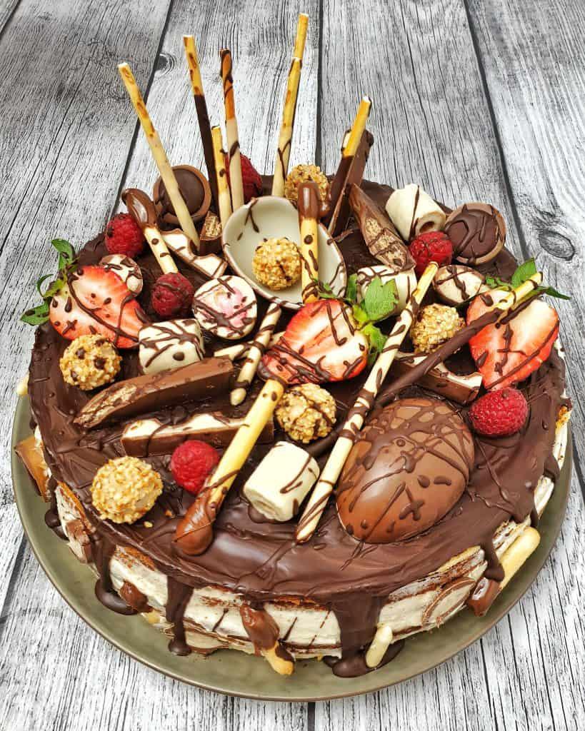 Candy Cake, eine Torte aus 5 Böden mit Sahne und Süßigkeiten