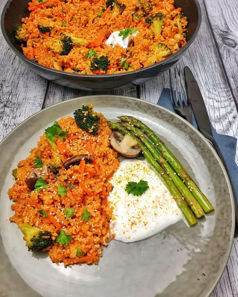 vegetarische Couscous Pfanne mit grünem Spargel
