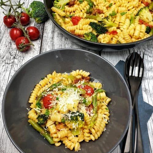 Vegetarische Spargel Pasta angerichtet in einer grauen Schale mit Parmesan bestreut.