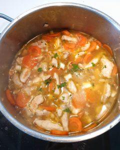 Im einem Topf Hähnchen mit Gemüse und Brühe.
