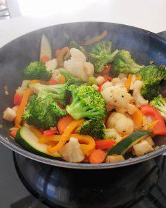 In einer Pfanne angebratenes Gemüse.
