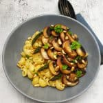 Nudeln mit vegetarischer Pilzsoße