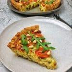Eine Quiche mit Rucola und Tomaten