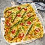 Flammkuchen vegetarisch mit Tomaten und grünen Spargel