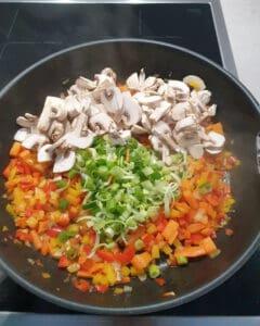 In einer Pfanne angedünstetes Gemüse.