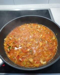 In einer Pfanne gedünstetes Gemüse mit Gemüsebrühe abgelöscht.