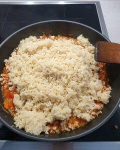 In einer Pfanne Couscous auf Gemüse.