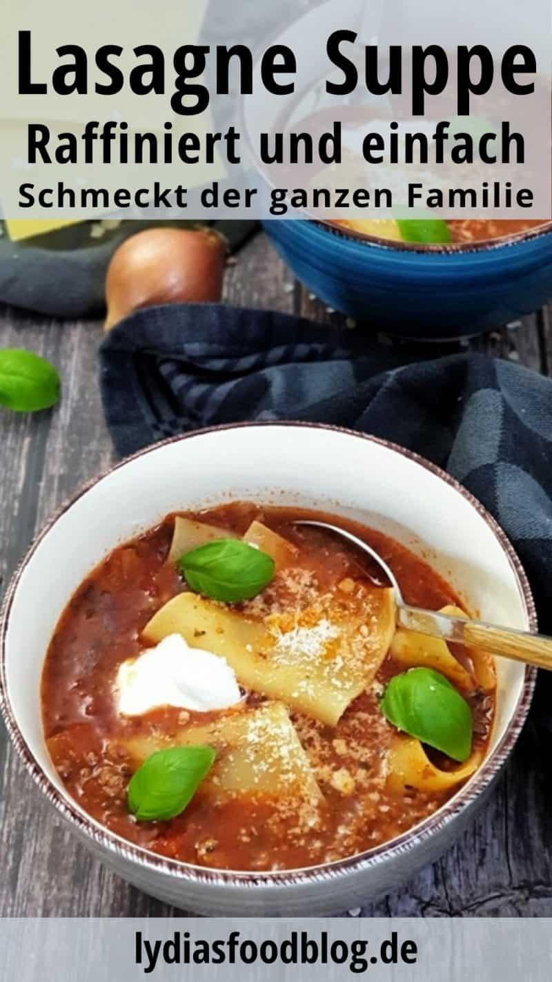 In einer weißen Schale angerichtet eine Lasagne Suppe. Eine rote tomatige Suppe mit Lasagne Platten, Creme Fraiche und Basilikum garniert.