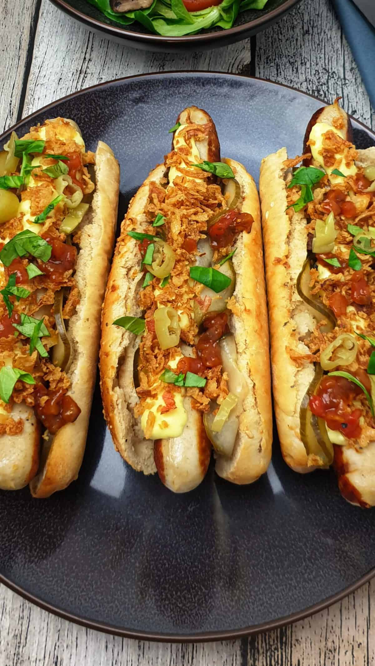 Hot Dogs mit Bratwurst und Jalapenos im selbst gebackenem Parmesan-Oregano-Baguette Brötchen