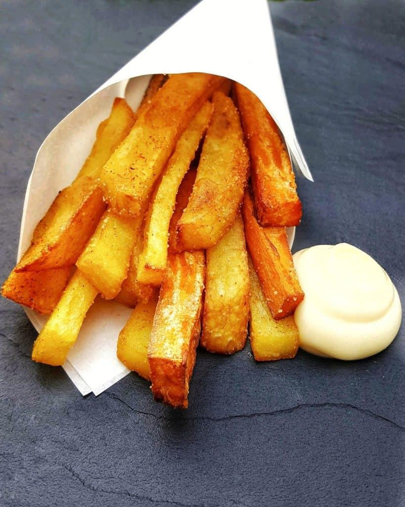 Selbst gemachte Pommes aus Kartoffel und Süßkartoffel