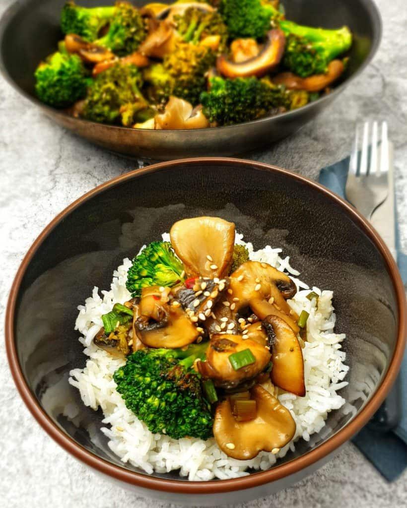 Eine asiatische Gemüsepfanne mit Reis serviert