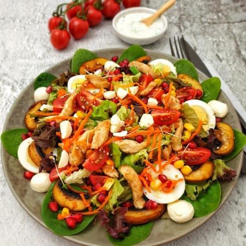 Frischer Salat mit Ei und Hähnchen dazu ein selbst gemachtes Joghurt Dressing