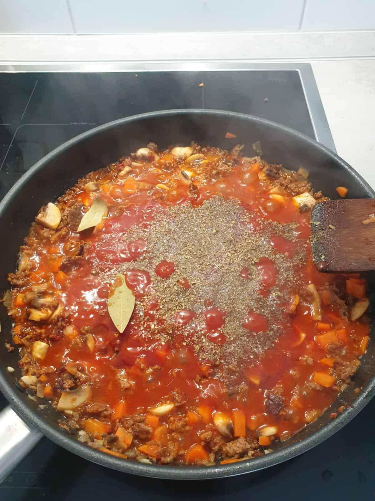 In einer Pfanne Hackfleisch-Soße mit Tomaten und Gewürzen.