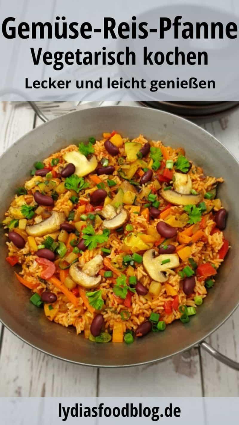 Gemüse-Reis-Pfanne in einer gußeisernen Pfanne serviert und mit Petersilie bestreut.