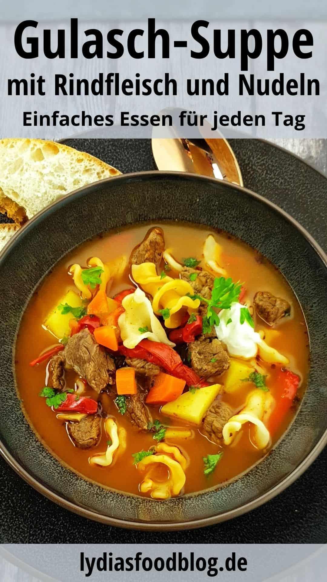 In einer braunen Schale eine Gulaschsuppe mit Rindfleisch, Garniert mit etwas Schmand und frischer Petersilie.