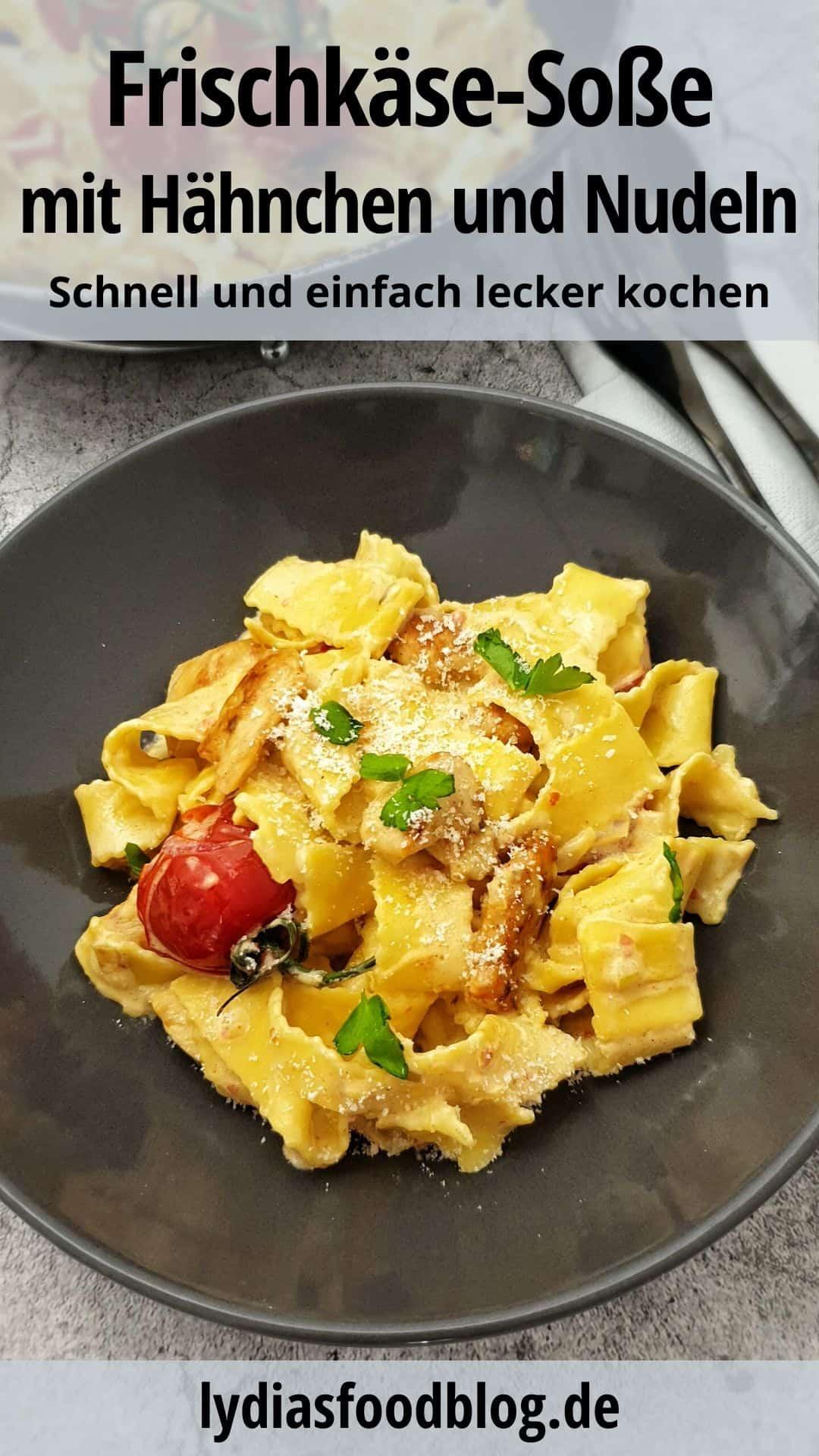 In einer braunen Schale Hähnchen-Frischkäse-Soße mit Bandnudeln. Bestreut mit Parmesan.