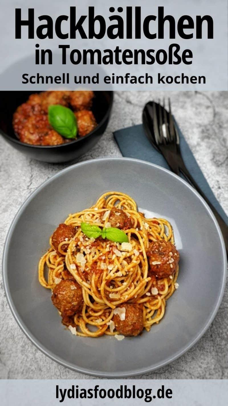 Italienische Hackfleischbällchen mit Spaghetti und Tomatensoße angerichtet in einer grauen Schale. Mit Parmesan und Basilikum garniert