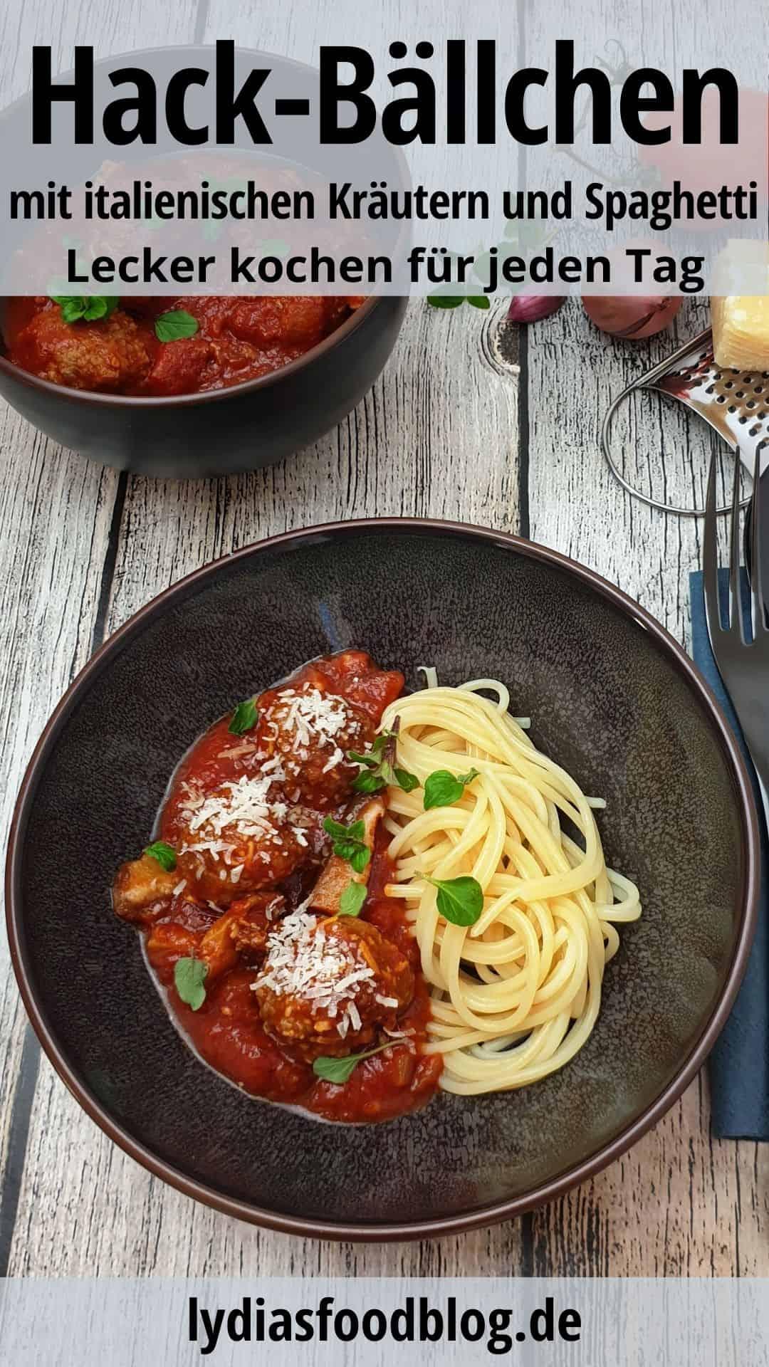 Italienische Hackbällchen mit Spaghetti in einer braunen Schale angerichtet. Mit Parmesan bestreut.