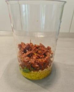 In einem hohen Messbecher die Zutaten für das rote Pesto.