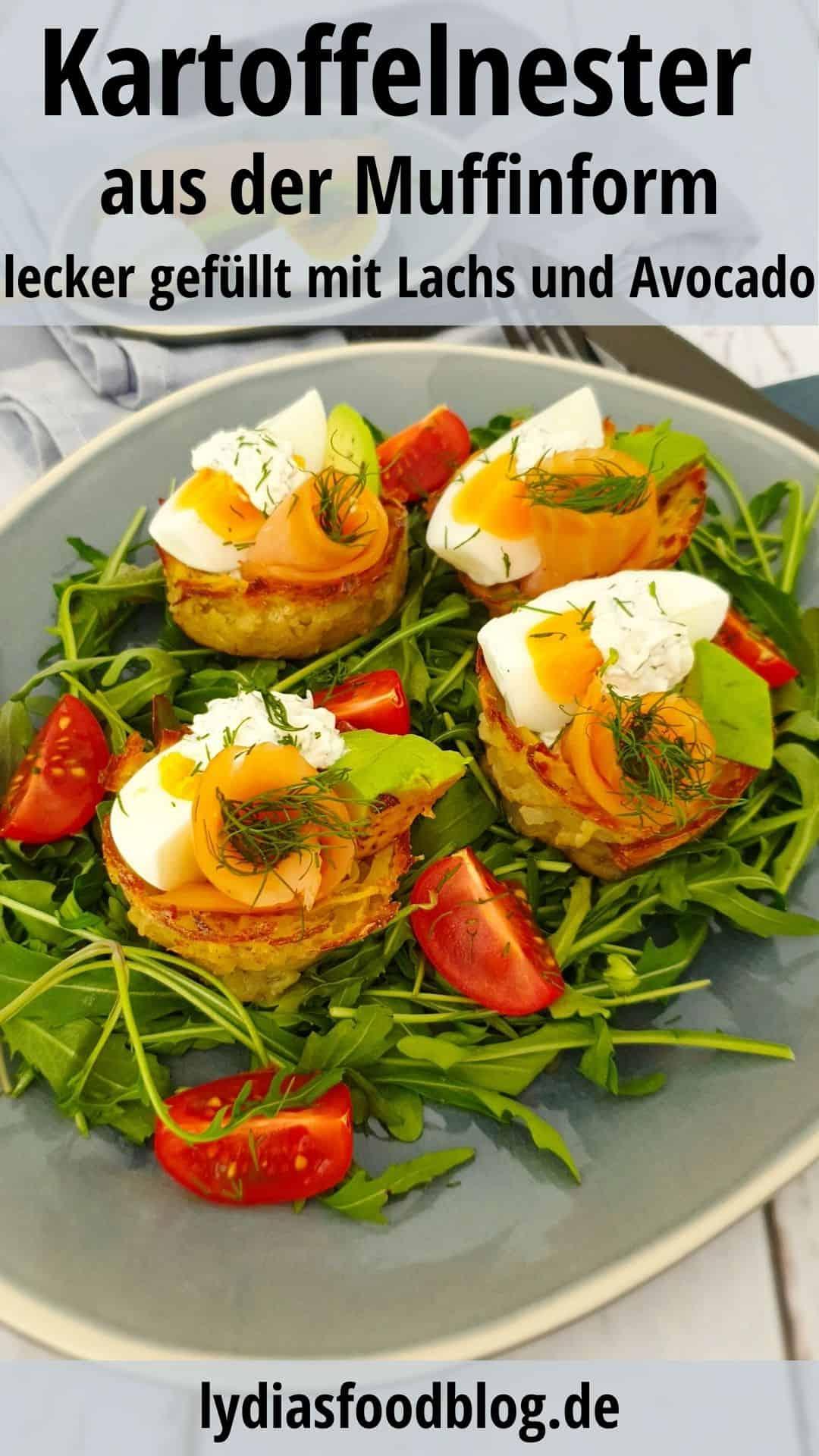 Kartoffel-Nester mit Lachs und Avocado angerichtet auf einem blauen Servierteller.