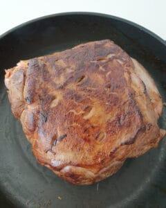 In einer Pfanne ein Stück Lammkeule von allen Seiten angebraten.