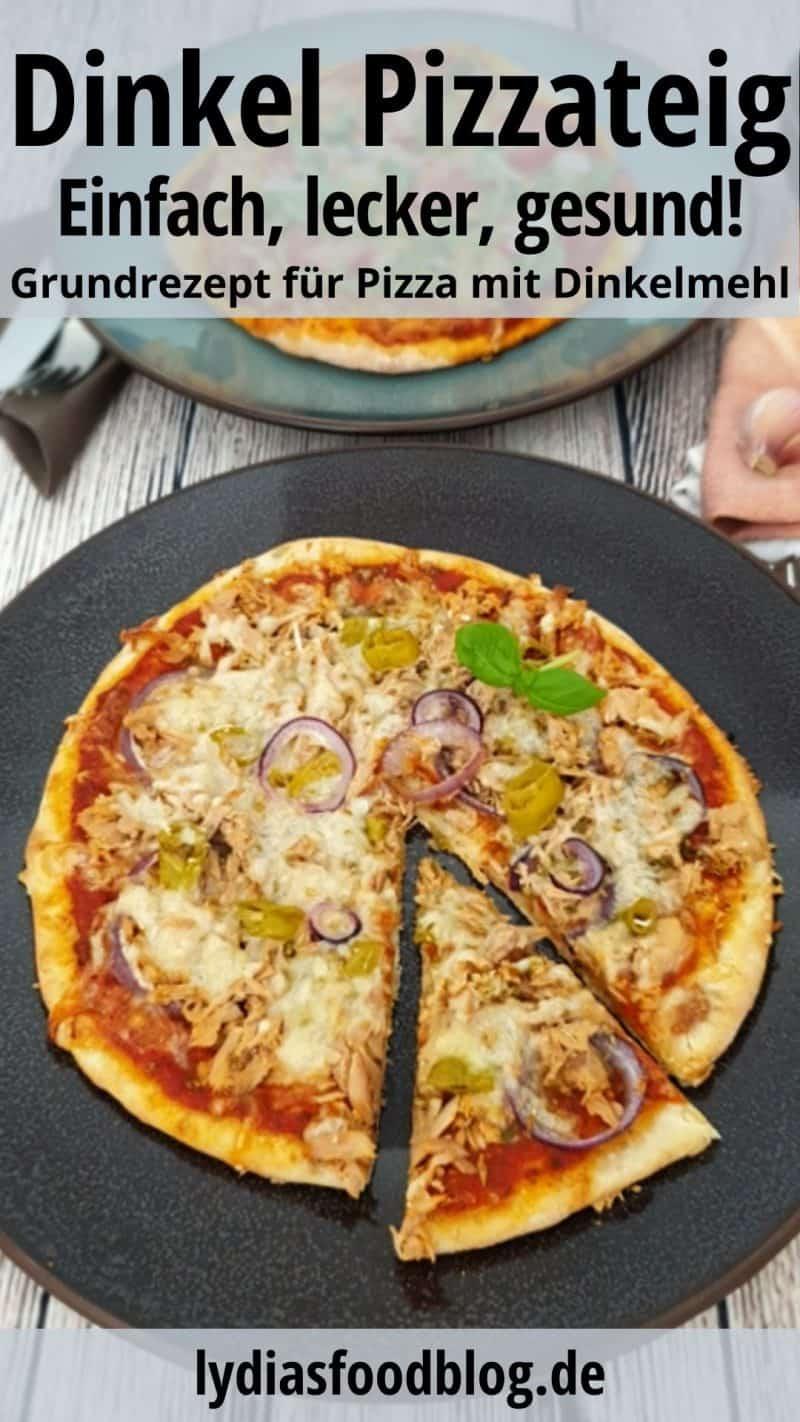 Du siehst auf einem dunklen Teller eine Pizza mit Thunfisch und Zwiebeln, überbacken mit Käse.