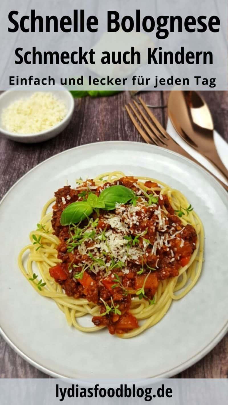 Auf einem hellen Teller angerichtet eine Spaghetti mit Blitz Bolognese. Das Gericht ist mit Parmesan und frischen Thymian Blättern, sowie Basilikum Blättern garniert.