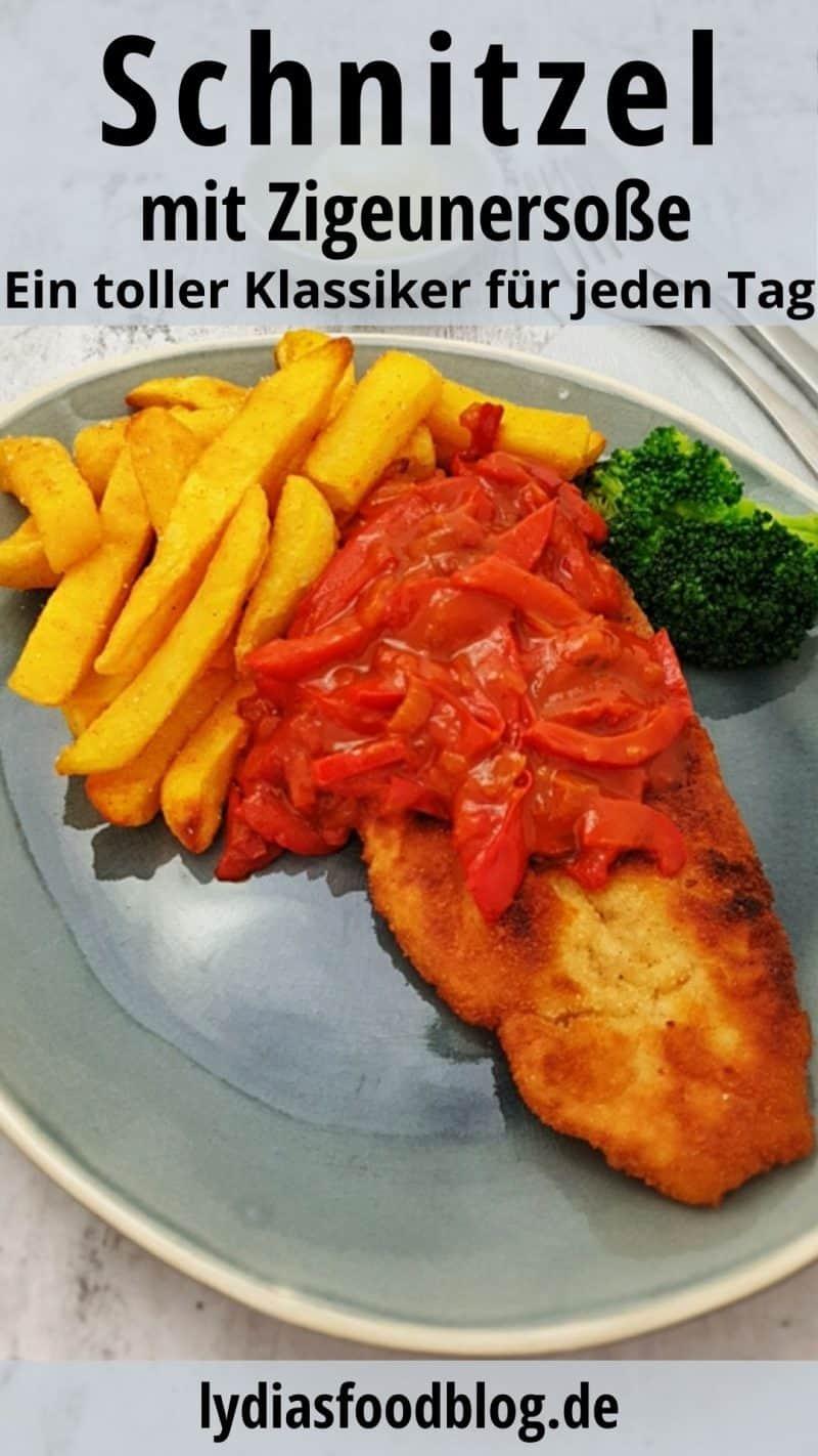 Auf einem blauen Teller angerichtet Zigeunerschnitzel mit Pommes.