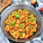 eine vegetarische Tomaten Tortellini Pfanne dekorativ angerichtet und fotografiert