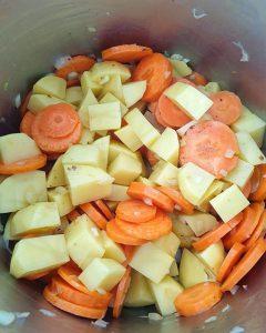 In einem Topf Kartoffel- und Möhren-Würfel.