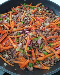 In einer Pfanne angedünstetes Gemüse mit Hackfleisch.