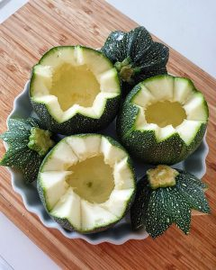 In einer Auflaufform ausgehölte Zucchini mit Deckel.