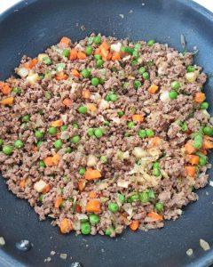 In einer Pfanne angebratenes Hackfleisch mit Gemüse.