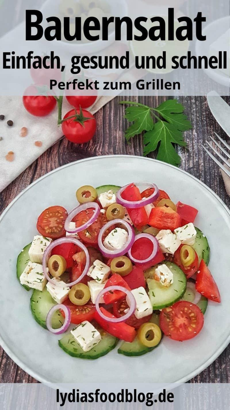 Auf einem weißen Teller angerichtet ein Bauernsalat mit Feta Käse.