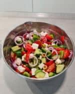 In einer Schale ein bunter gemischter Salat.
