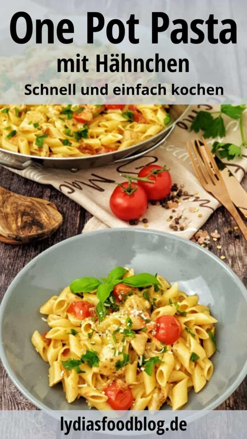 In einer grauen Schale One Pot Pasta mit Huhn und kurzen Penne Nudeln. Im Hintergrund eine Pfanne mit dem gekochten Gericht.
