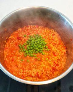 In einem Topf Djuvec Reis mit grünen Erbsen.