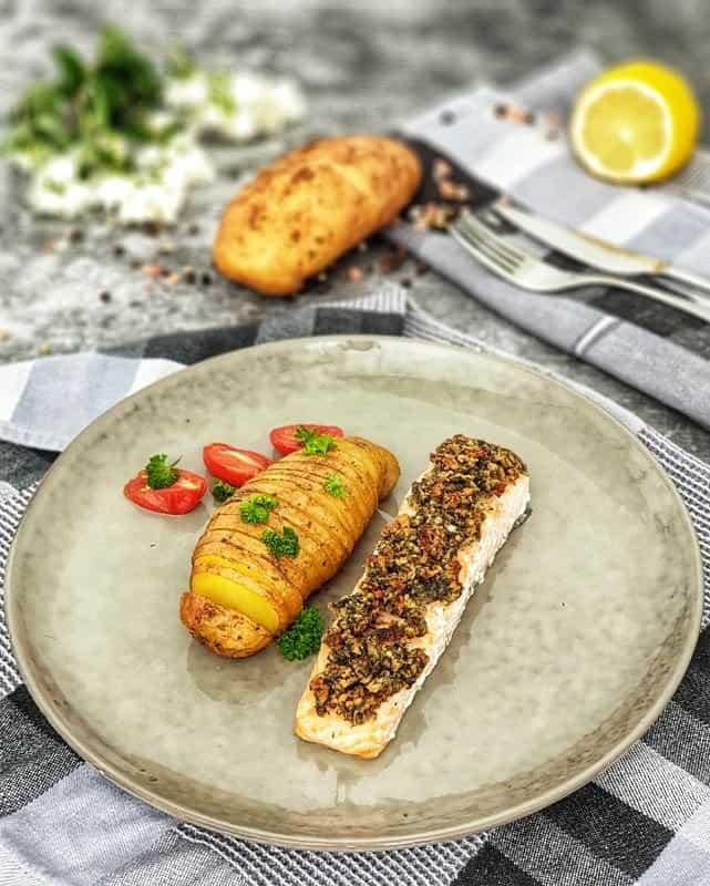 Lachsfilet mit Fächerkartoffeln aus dem Backofen dekorativ auf einem Teller angerichtet